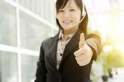 Aziatische vrouwelijke receptionnistduim omhoog Royalty-vrije Stock Afbeeldingen