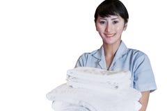 Aziatische vrouwelijke schonere holdingsbladen op wit stock fotografie