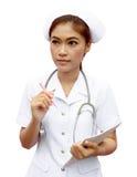 Aziatische vrouwelijke verpleegster met medisch rapport royalty-vrije stock fotografie