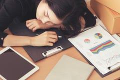 Aziatische vrouwelijke werknemerslaap op het werk in bureau stock afbeeldingen