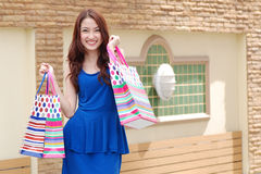 Aziatische vrouwen bij het houden van heel wat het winkelen zak in Supermarkt Royalty-vrije Stock Fotografie