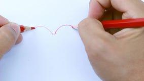 Aziatische vrouwen die rode kleur gebruiken, die vormhart zich samentrekken op Witboek door 2 handenkant stock video