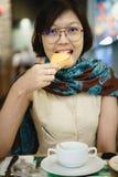 Aziatische vrouwen die toostbrood eten royalty-vrije stock foto's
