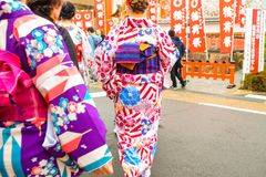 Aziatische vrouwen die traditionele gimono dragen bij Heiligdom i van Fushimi Inari royalty-vrije stock foto's
