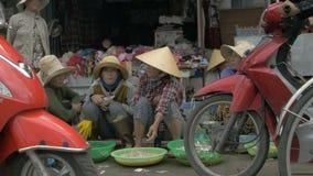 Aziatische vrouwen die verse vissen op de markt verkopen stock footage