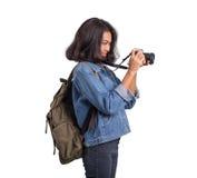 Aziatische vrouwen met camera voor het backpacking op witte achtergrond Stock Fotografie
