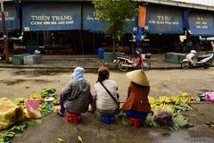 Aziatische vrouwen op de straatmarkt en de verkopende bananen Stock Foto's