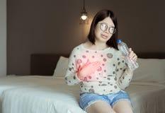 Aziatische vrouwen of symptomatische terugvloeiingszuren, Gastroesophageal terugvloeiingsziekte die, drinkwater hebben stock foto's