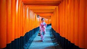Aziatische vrouwen in traditionele Japanse kimono's bij het Heiligdom van Fushimi Inari in Kyoto, Japan royalty-vrije stock fotografie