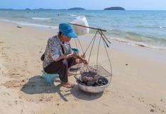 Aziatische vrouwen verkopende zeevruchten op een strand Royalty-vrije Stock Afbeeldingen