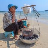 Aziatische vrouwen verkopende zeevruchten op een strand Royalty-vrije Stock Foto's