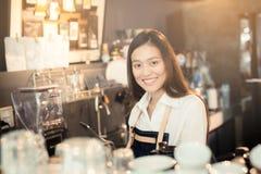 Aziatische vrouwenbarista die met tablet in haar hand glimlachen Stock Afbeeldingen