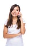 Aziatische vrouwenbespreking aan mobiele telefoon Royalty-vrije Stock Foto's