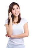 Aziatische vrouwenbespreking aan mobiele telefoon Stock Afbeelding