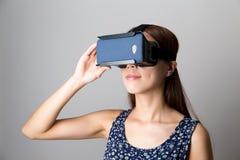 Aziatische Vrouwenervaring hoewel VR-apparaat stock afbeelding