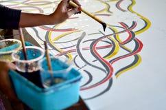 Aziatische vrouwenhand die makend de Maleise batik schilderen royalty-vrije stock afbeelding