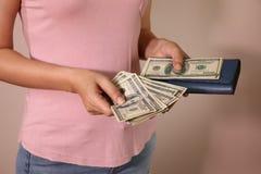 Aziatische vrouwenhanden die de dollars van het contant geldgeld van portefeuille nemen Succesvol BedrijfsConcept royalty-vrije stock foto's