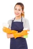 Aziatische Vrouwenhuisvrouw With Cleaning Cloth en Nevelfles stock afbeelding