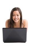 Aziatische vrouwenlaptop Stock Foto's