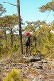 Aziatische vrouwenreiziger met de hoed van de rugzakholding bij bergen en Tropisch bos, fotograaf in openlucht in aard, vrouw het royalty-vrije stock foto's
