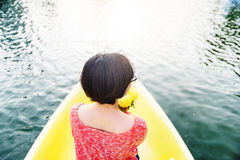Aziatische Vrouwenrit op Bootconcept Royalty-vrije Stock Foto's