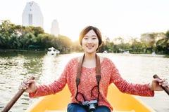 Aziatische Vrouwenrit op Bootconcept Stock Afbeelding