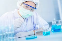 Aziatische vrouwenwetenschapper die met reageerbuis onderzoek naar klinisch laboratorium maken De wetenschap, de chemie, de techn royalty-vrije stock foto's