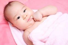 Aziatische whit van het babymeisje roze handdoek Stock Foto's