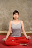 Aziatische Woman Do Yoga Stock Afbeeldingen