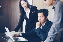 Aziatische zakenlieden en groep die notitieboekje voor partners gebruiken Stock Afbeeldingen