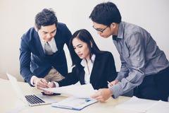 Aziatische zakenlieden en groep die notitieboekje voor partners gebruiken Royalty-vrije Stock Afbeelding