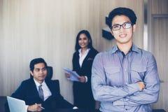Aziatische zakenlieden en groep die notitieboekje voor partners gebruiken Stock Afbeelding