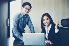 Aziatische zakenlieden en groep die notitieboekje voor partners gebruiken Stock Foto's