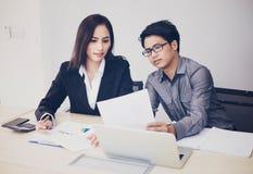 Aziatische zakenlieden en groep die notitieboekje voor partners gebruiken Royalty-vrije Stock Fotografie