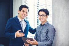 Aziatische zakenlieden en groep die notitieboekje voor partners gebruiken Stock Foto