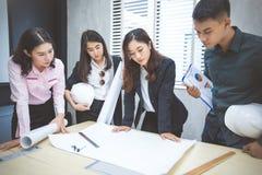 Aziatische zakenlieden en groep die notitieboekje voor vergadering en busin gebruiken Stock Foto's