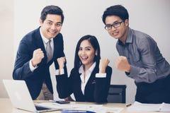 Aziatische zakenlieden en onderneemsters Succes en het winnen concept Stock Afbeelding