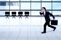 Aziatische zakenman die in de luchthaven lopen Royalty-vrije Stock Afbeelding