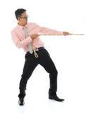 Aziatische zakenman die een kabel trekken Stock Foto's