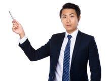 Aziatische zakenman die met pen benadrukken Stock Foto