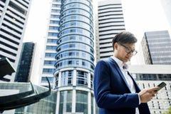 Aziatische zakenman in een stad royalty-vrije stock foto