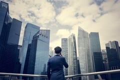 Aziatische zakenman in een stad stock foto's