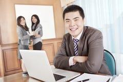 Aziatische zakenman in het bureau Stock Foto's