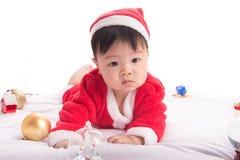 Aziatische Zuigelingsbaby in Kerstmisviering van het santakostuum op wit Royalty-vrije Stock Afbeeldingen