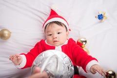 Aziatische Zuigelingsbaby in Kerstmisviering van het santakostuum op wit Royalty-vrije Stock Afbeelding