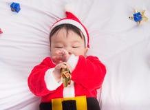 Aziatische Zuigelingsbaby in Kerstmisviering van het santakostuum op wit Stock Afbeelding