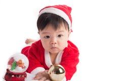 Aziatische Zuigelingsbaby in Kerstmisviering van het santakostuum op wit Stock Foto's