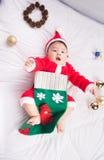 Aziatische Zuigelingsbaby in Kerstmisviering van het santakostuum op wit Royalty-vrije Stock Foto's