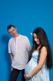Aziatische zwangere vrouw in een zijdekleding Stock Afbeelding