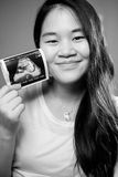 Aziatische zwangere vrouwen die untrasond beeld tonen Royalty-vrije Stock Foto's